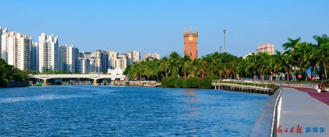 海口钟楼,蓝天、碧海与步道的美丽景色。海口日报记者 陈长宇 摄