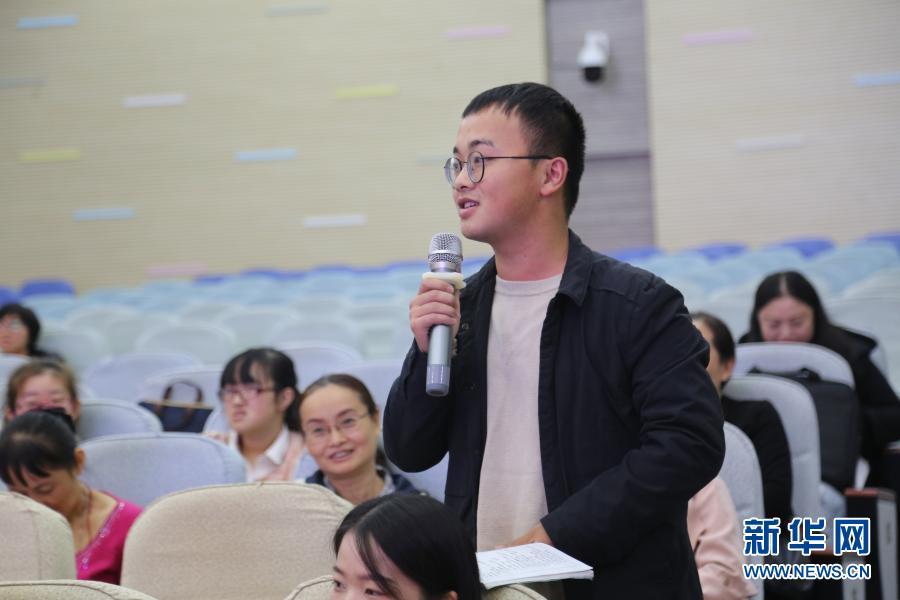 在重庆市南岸区南坪实验小学,唐大鹏在教研活动上发言(2019年10月22日摄)。