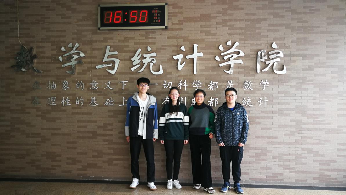 优秀论文获奖团队(左起:李哲翰、张子莹、指导教练宋月、黄浩)
