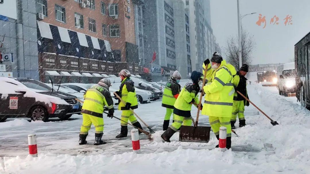 奋战在街头的清雪大军。哈尔滨日报手机记者 临风 摄