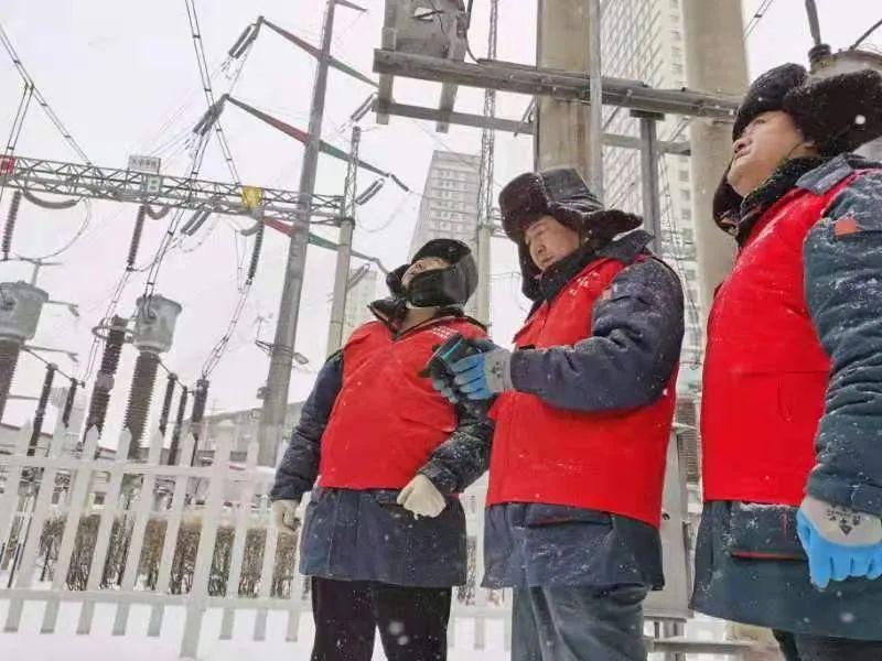 国网哈尔滨供电公司抢修人员正在冒雪作业。李赫 摄