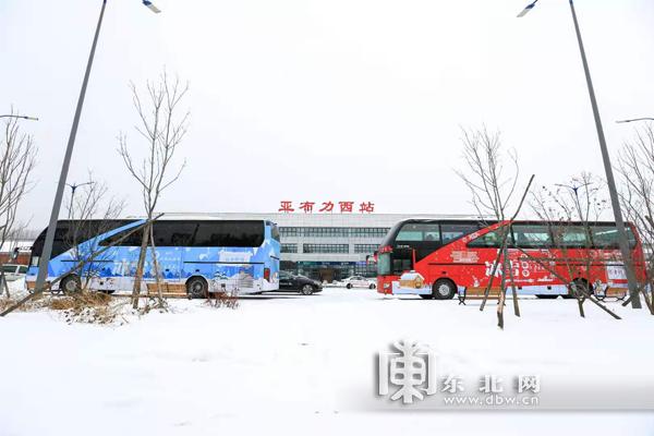 """哈亚雪""""公铁联运冬季游。"""