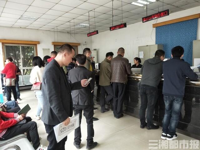 (11月20日,长沙城南车管分所,市民正在办理业务。记者 虢灿 摄)