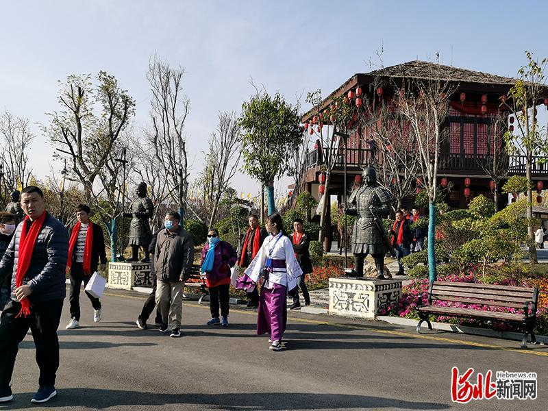 11月19日,游客在国家3A级旅游景区——赵王印象城游玩。河北日报记者乔宾娟摄