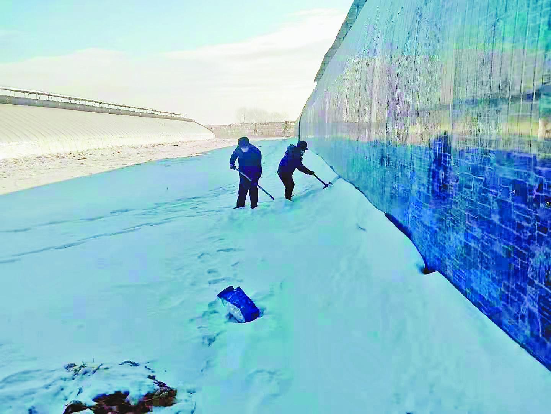 汤原县香兰镇的暖棚外在清冰雪。