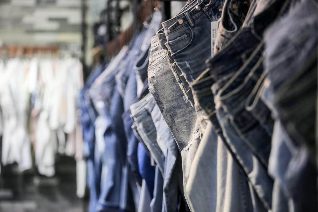 西樵纺织企业牛仔布面料和产品。(廖明璨摄)