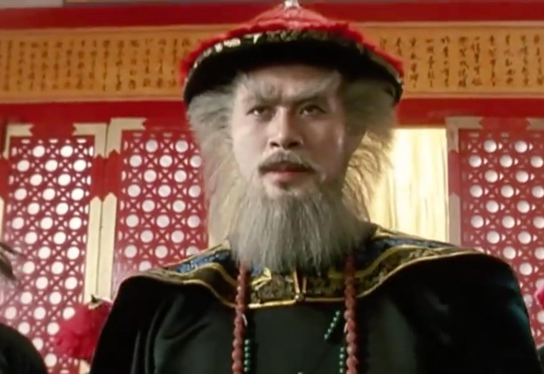 周星驰版电影《鹿鼎记》截图,徐锦江饰演的鳌拜,是鳌拜的经典影视形象