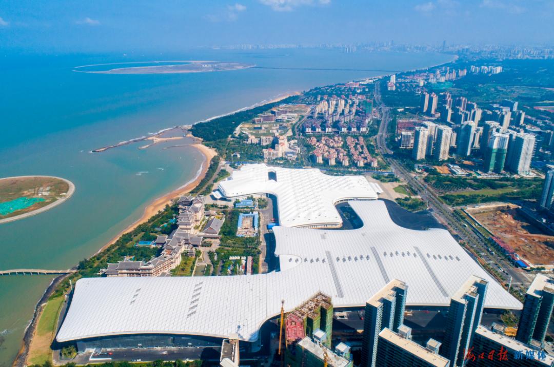 11月1日,鸟瞰海南国际会展中心二期扩建项目。该项目与会展中心一期连接成为有机整体,集举办展览、会议、宴会、节庆赛事等活动于一体,是具有高度灵活性的多功能复合型会展综合体。海口日报记者 石中华 摄
