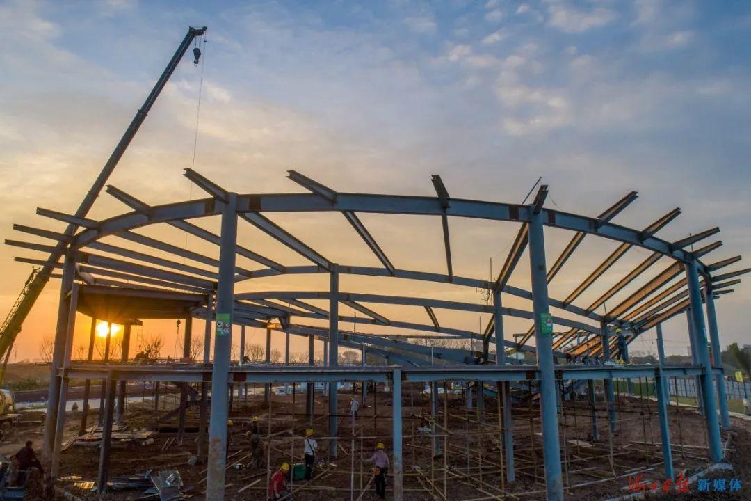 11月9日,海口西海岸南片区公园项目示范区游客中心正进行屋面钢网架施工。据悉,该公园项目总规划面积约1118.85亩,计划于2021年1月10日前完成屋面及幕墙外装施工,2021年3月20日前完成内装饰施工。海口日报记者 石中华 摄