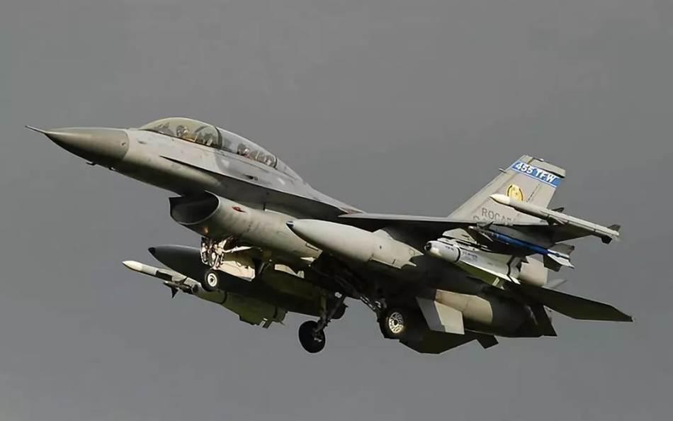 """满挂起飞的台""""空军""""F-16B战机。"""