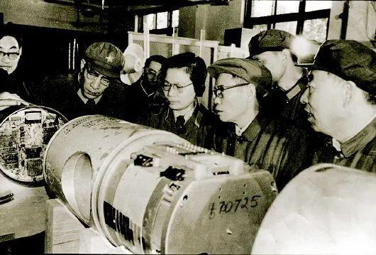 彭士禄(前右二)在科研一线(资料照片)。新华社发