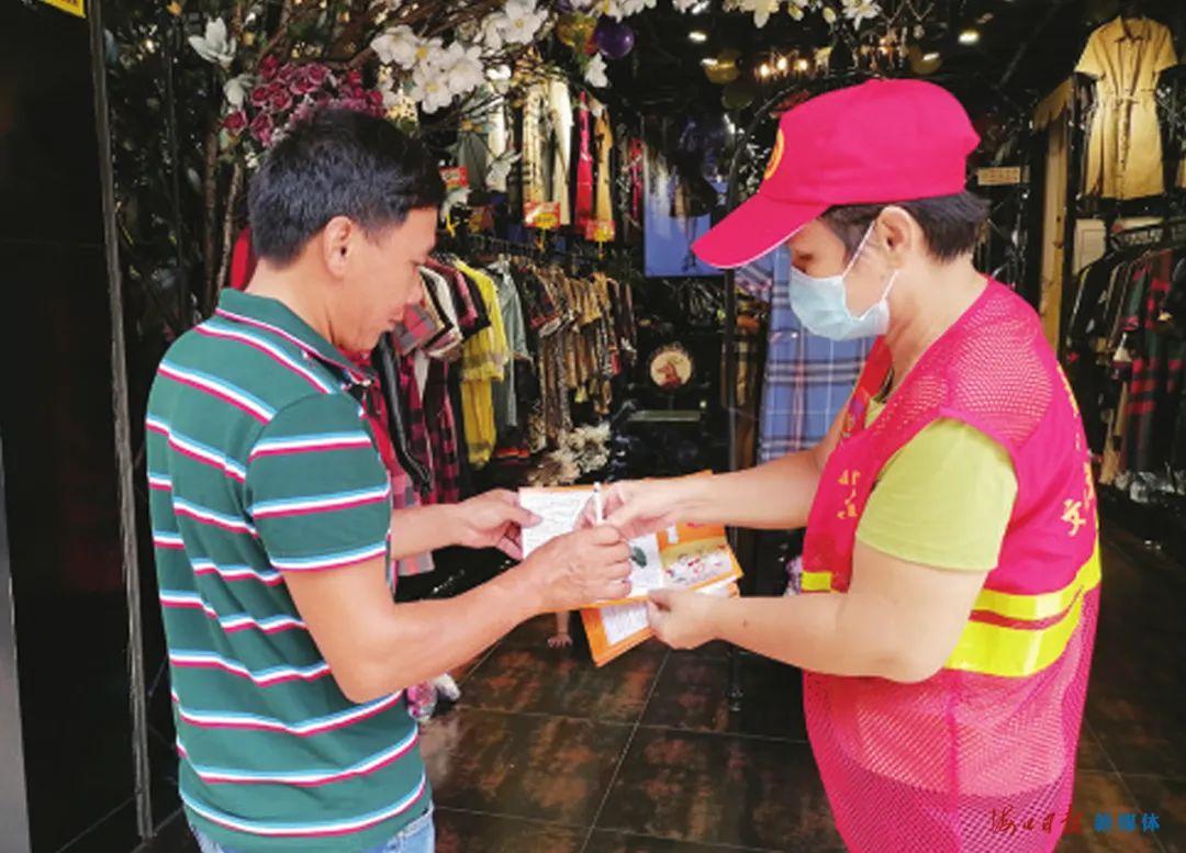 国庆中秋假期,志愿者开展禁烟宣传志愿服务活动。图片来源:海口市志愿服务联合会