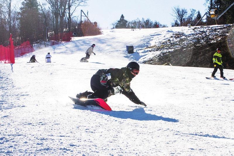 北大湖滑雪场单板雪友展示高超技艺