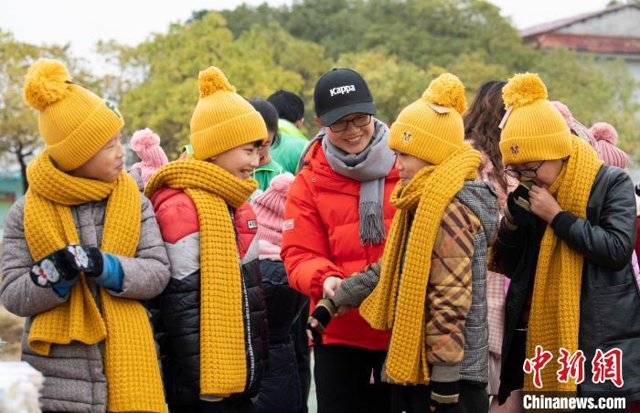 2019年11月29日,新余市民政局社会组织孵化中心组织青年志愿者为高新区马洪办事处侨心小学的留守儿童、困境儿童送去温暖的手套、帽子、围巾以及学习用品。 赵春亮 摄