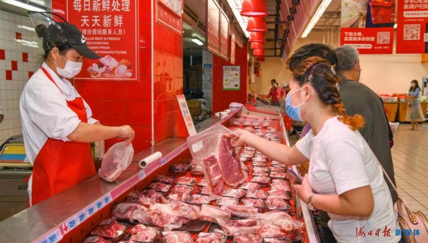 市民在选购猪肉。海口日报记者 苏弼坤 摄