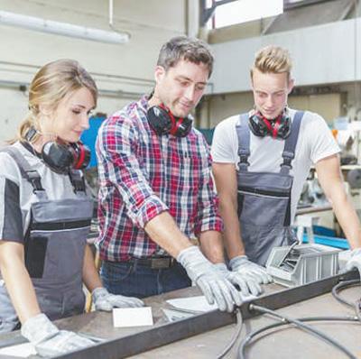 两名波兰职业学校学生正在专业技工指导下,在合作企业的生产车间进行实践。资料图片