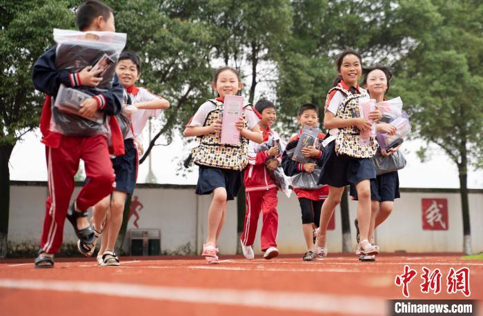 今年5月27日,新余市商会志愿者发起的爱心大派送活动走进乡村学校,为当地留守学生送去爱心书包和文具礼包。 赵春亮 摄