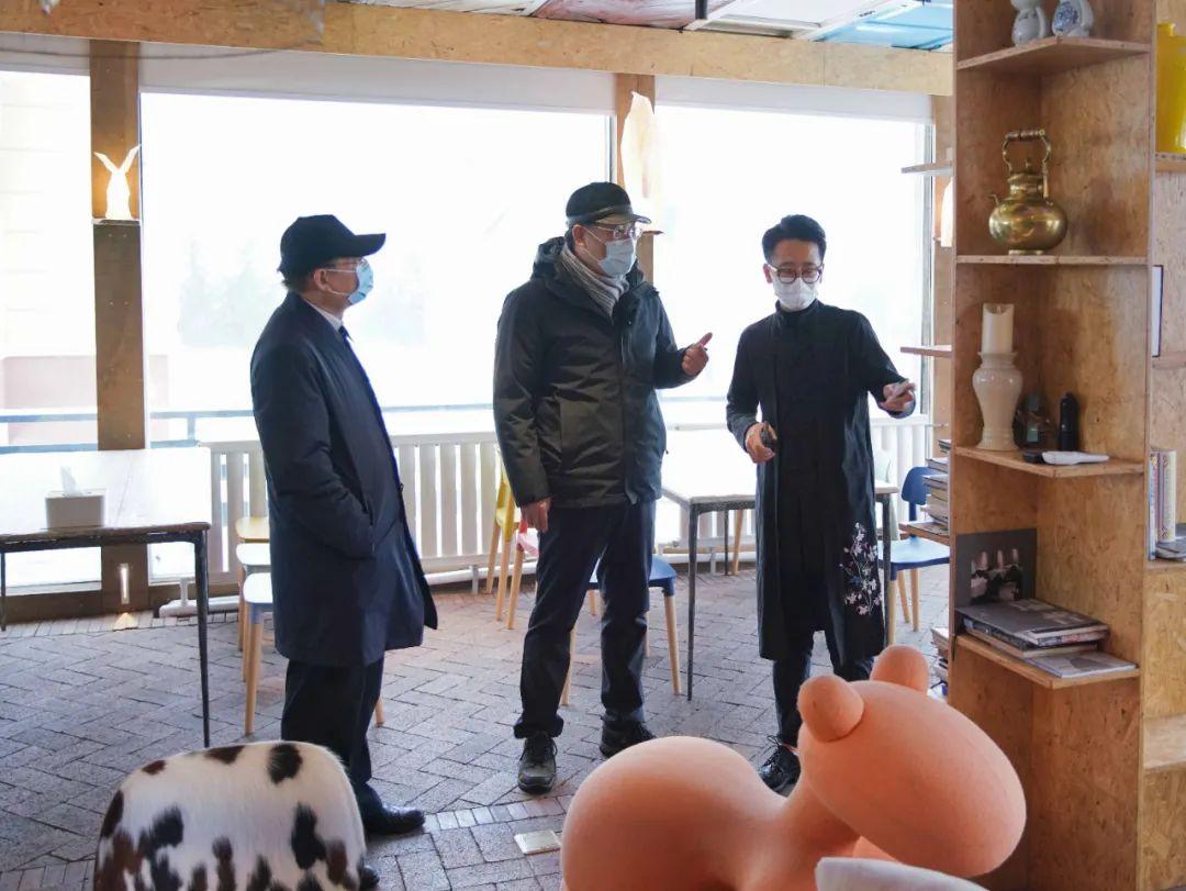 19日,王文涛在亚布力青云小镇华夏取舍特色民宿调研。