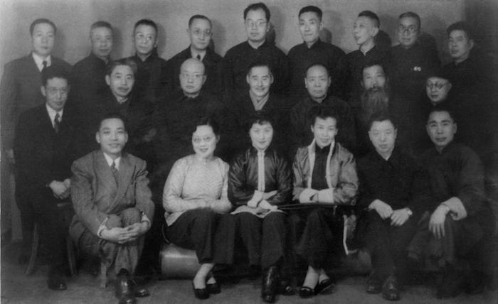 20世纪40年代末,合影(前排左二吴青霞、左三周錬霞,第二排左二为钱瘦铁、右一为张炎夫,第三排右三张大壮、右四韩登安、右五为唐云)