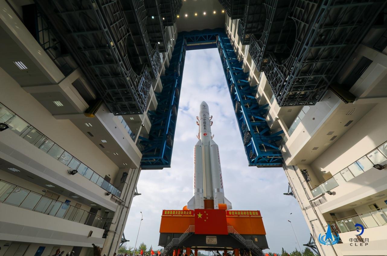 长征五号遥五运载火箭垂直转运至发射区(图)