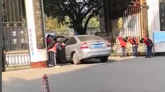 四川一中学安排学生早晨列队90度鞠躬迎老师开车入校 当地回应