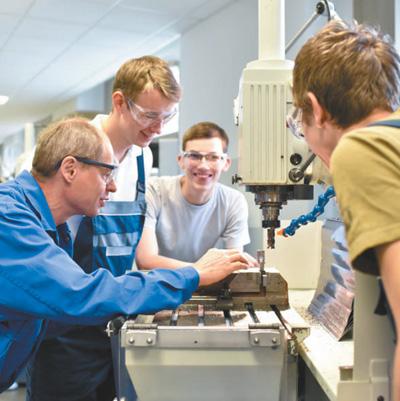 几名德国职业学校学生正在当地工厂实习。汉堡市政府官方网站供图
