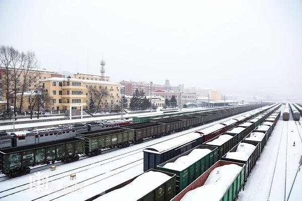 绥芬河口岸迎来入冬以来第一场大雪。