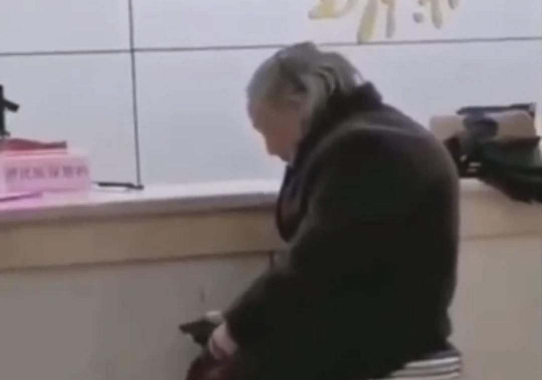 带现金缴纳社保的老人被拒 图:网络