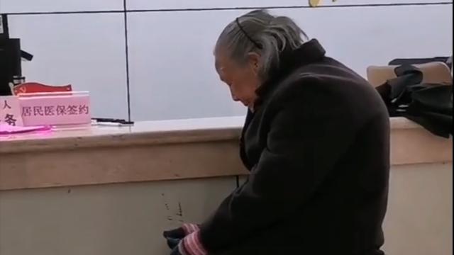 老太冒雨交医保被拒收现金,半月谈:数字时代的懒政