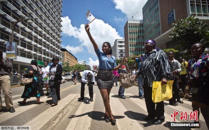 当地时间2014年11月17日,肯尼亚内罗毕,当地女性聚集示威,抗议针对女性的暴力事件。