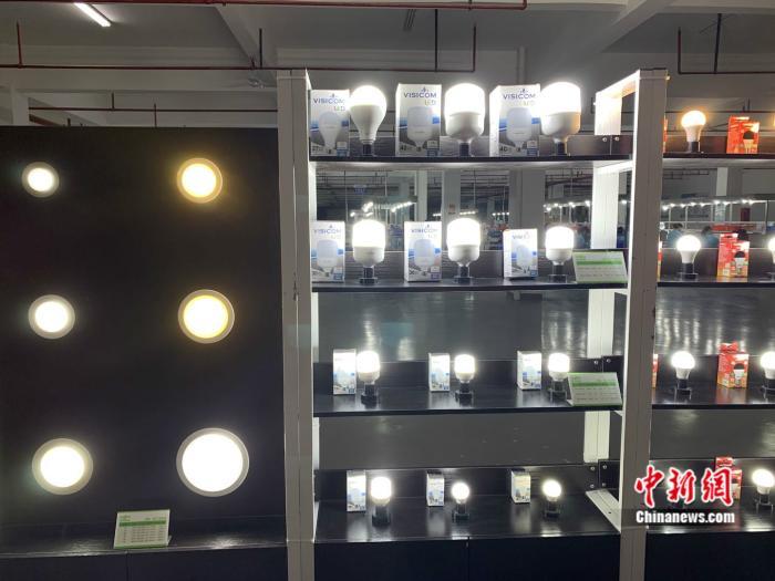 瑞昌生产的各种LED照明产品。 中新网 彭婧如 摄