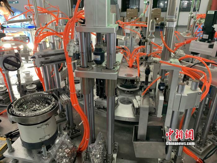 江西瑞昌的某LED照明产品的生产线一环。 中新网 彭婧如 摄