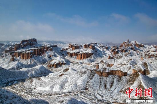 11月21日,雪霁初晴的甘肃省张掖市冰沟丹霞银装素裹、分外妖娆,宛如仙境。