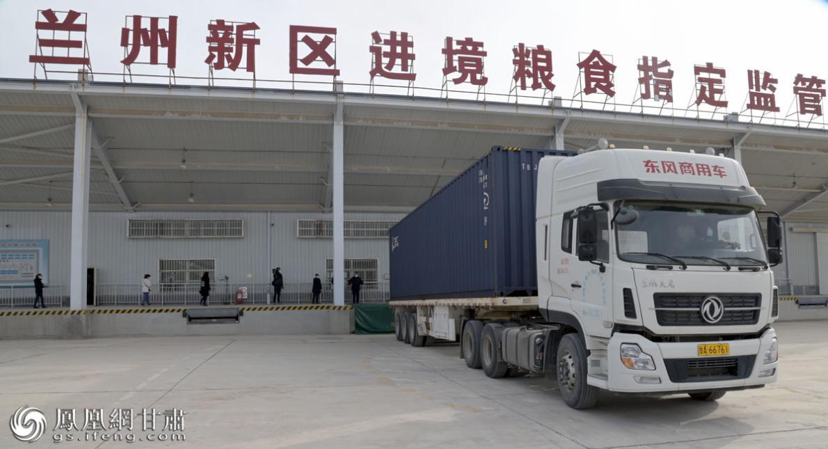 哈萨克斯坦亚麻籽抵达兰州新区进境粮食指定监管场地 肖刚 摄