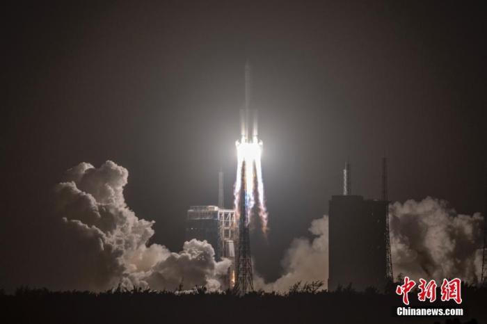 资料图:11月24日4时30分,中国在文昌航天发射场,用长征五号遥五运载火箭成功发射探月工程嫦娥五号探测器,火箭飞行约2200秒后,顺利将探测器送入预定轨道,开启中国首次地外天体采样返回之旅。中新社记者 骆云飞 摄