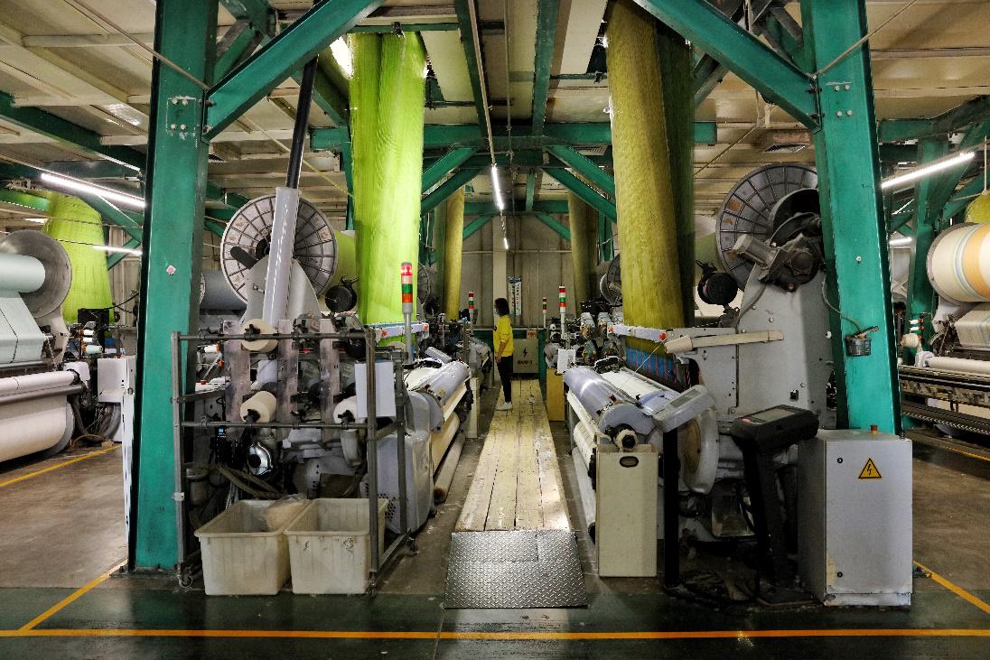 高阳已成为国内最大的纺织品制造基地。图为工人在车间监控设备。(摄影:杨子)