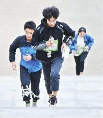 600人在大学校园里奔跑打卡