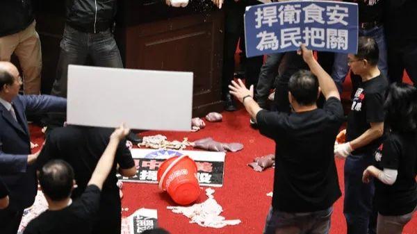 """【cyb】_猪大肠甩上台湾""""立法院"""",台媒:有史以来""""最血腥的一天"""""""