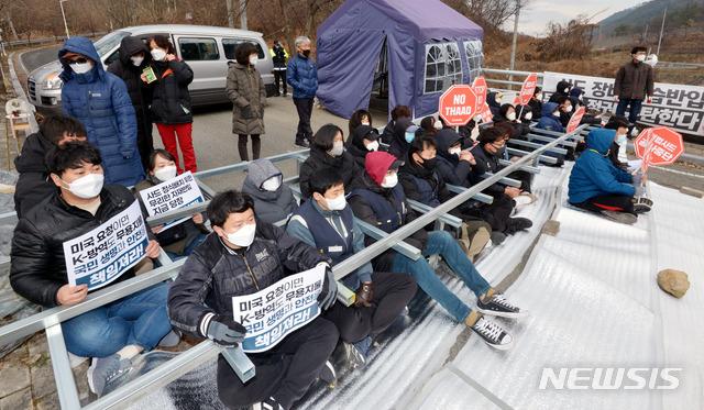 【bip】_韩军又向萨德基地运物资:600余警力开路 民众建人墙阻拦