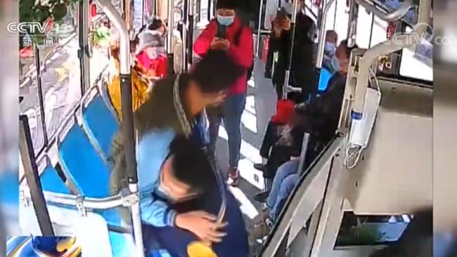 青岛K1路公交司机连续6年每天抱患病男孩上下车