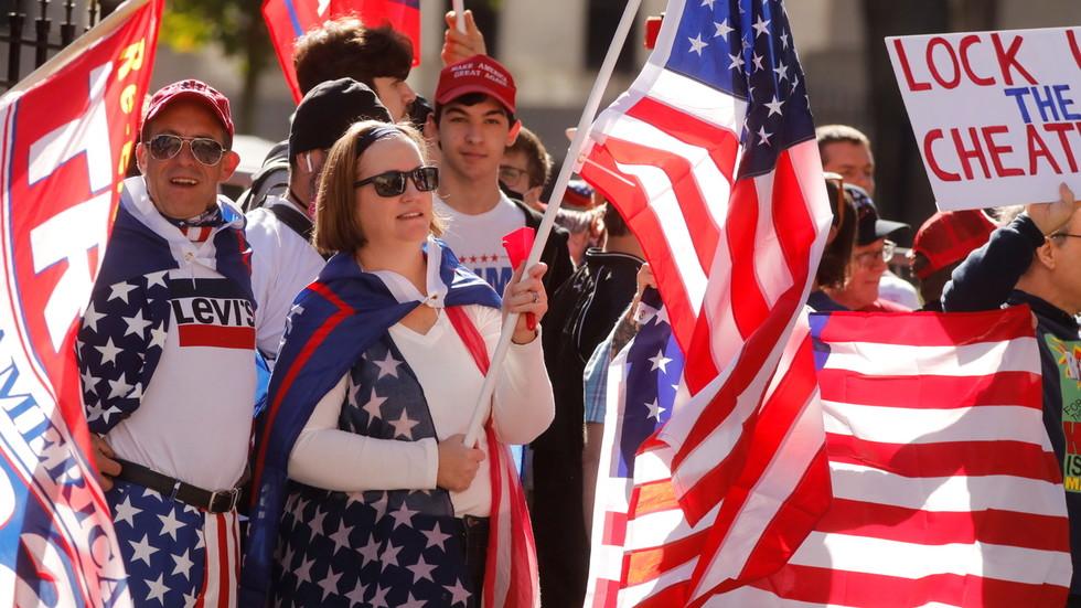 (11月21日,特朗普支持者在亚特兰大举行集会,抗议选举结果。)
