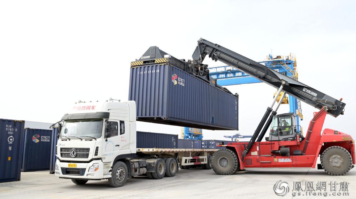 1113吨哈萨克斯坦亚进口麻籽运抵兰州新区中川北站 肖刚 摄