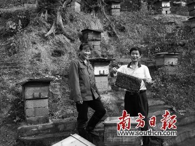 张连胜和妻子高兴地展示劳动成果。郑四方 摄