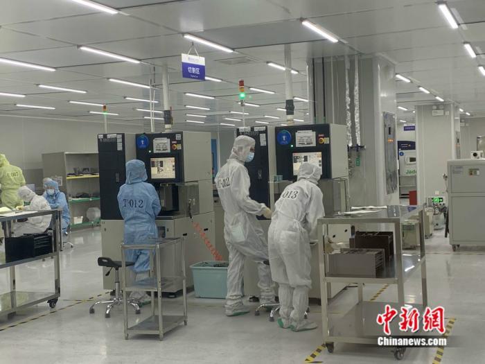 江西南昌,中科院苏州纳米所南昌研究院展示区内的切割区,工作人员正在工作。 中新网 彭婧如 摄