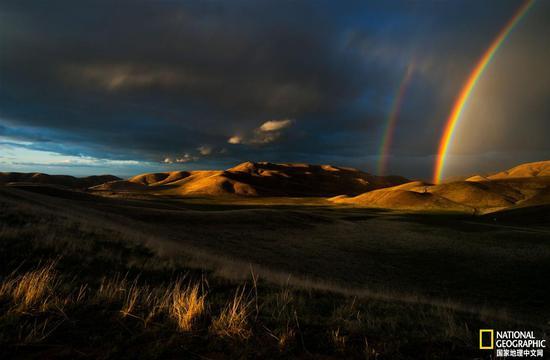 在春末的一次暴风雨期间,美丽的彩虹高悬于加州圣埃米迪奥山脉的上空。圣埃米迪奥山区是生态丰富和地质种类繁多的地区,也是风车洞的所在地。摄影:DEVLIN GANDY