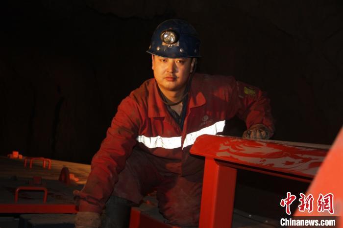 镜铁山矿位于祁连山南山山脉中段,是一个高海拔、高山型井下矿山,空气稀薄,自然条件恶劣。图为谢生瑞在矿区。(资料图)受访者供图