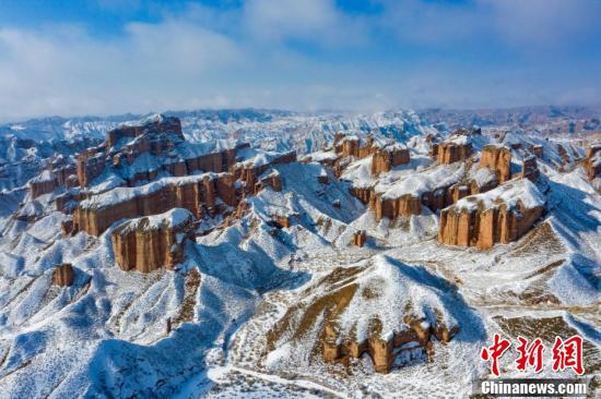 它是中国干旱地区最为典型的丹霞地貌,同时也是中国发育最完整,造型最为奇特的丹霞地貌之一,是张掖丹霞国家地质公园的重要组成部分。(中新社发 成林 摄 图片来源:CNSPHOTO)