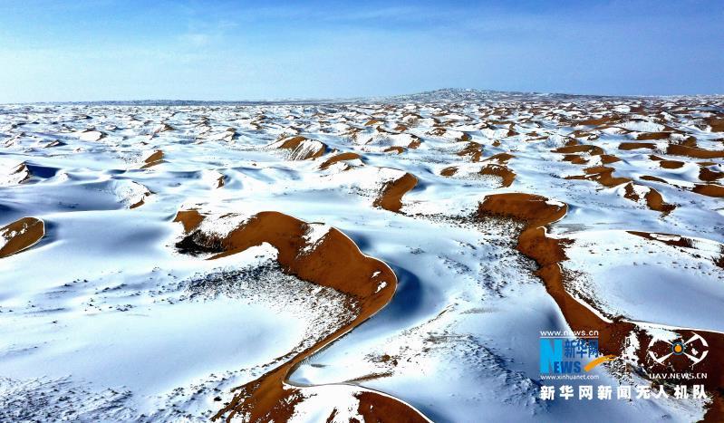 近日,一场降雪将甘肃省武威市民勤县境内的腾格里沙漠装扮得分外妖娆,黄沙白雪相互交融,宛如一幅壮美画卷在天地间铺展。新华网发 马爱彬 摄