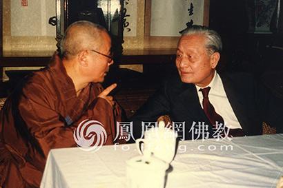 图为1986年11月,赵朴初居士在宁波阿育王寺与方丈通一法师交谈。(图片来源:慧海佛教资源库)