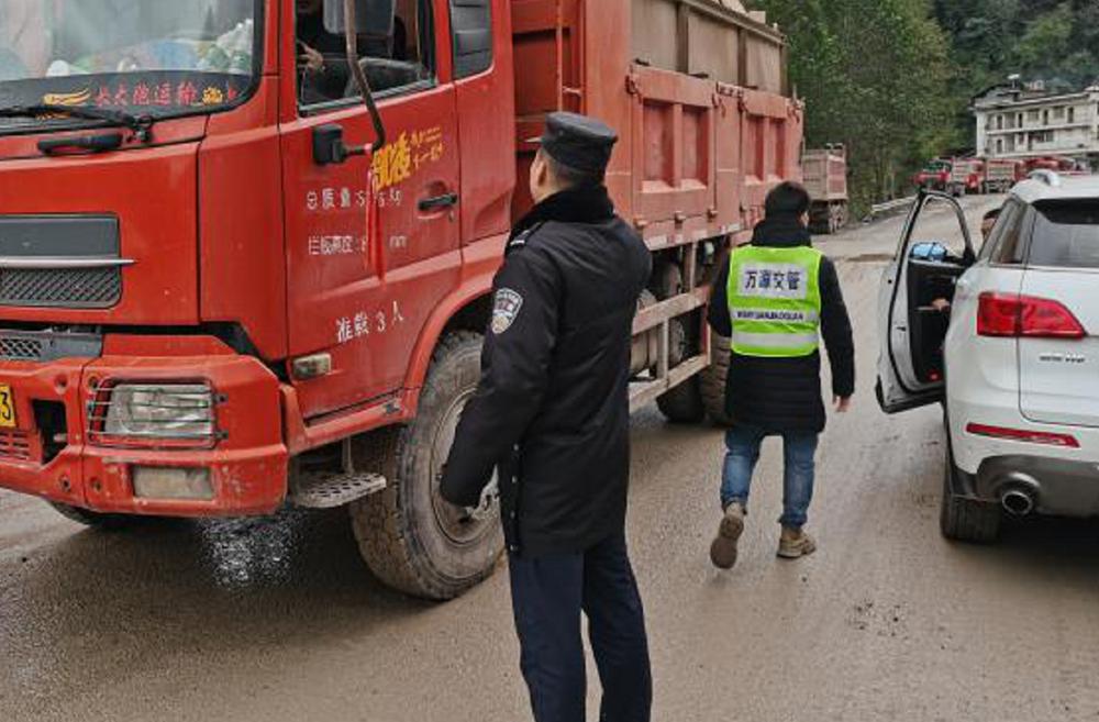 万源市竹峪镇开展联合执法行动共筑道路交通安全防线
